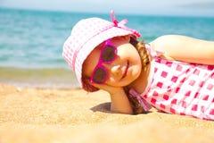 海滩女孩含沙的一点 免版税库存图片
