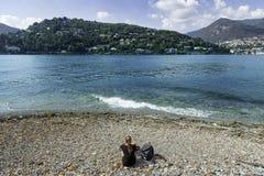 海滩女孩坐的年轻人 库存图片