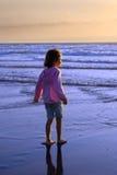 海滩女孩年轻人 免版税库存图片
