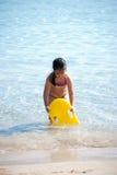 海滩女孩年轻人 免版税图库摄影