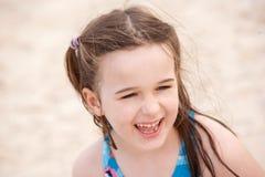海滩女孩微笑的年轻人 免版税库存图片