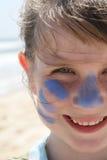 海滩女孩微笑的年轻人 图库摄影