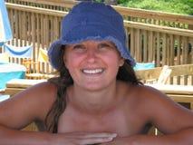 海滩女孩微笑 图库摄影