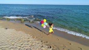 海滩女孩愉快的运行中 股票录像