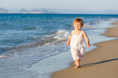 海滩女孩走的一点 免版税库存照片