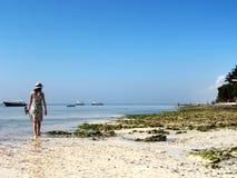 海滩女孩走 库存照片