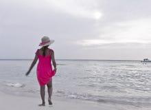 海滩女孩走 免版税库存照片