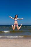 海滩女孩跳 免版税库存照片