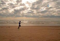 海滩女孩运行中 免版税图库摄影