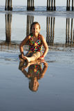 海滩女孩年轻人 免版税库存照片