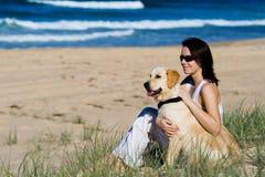 海滩女性年轻人 免版税库存图片