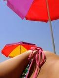 海滩女性熟悉内情的伞 库存图片