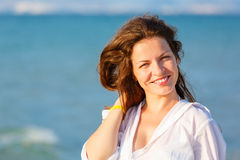 海滩妇女年轻人 免版税库存照片