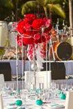 海滩婚礼装饰表设置和花 免版税库存图片