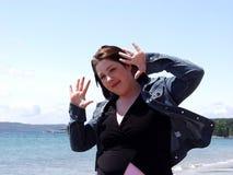 海滩嬉戏的妇女 免版税库存图片