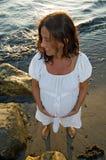 海滩孕妇 免版税库存图片