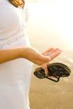 海滩孕妇 免版税库存照片