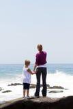 海滩孩子妈妈 免版税库存照片
