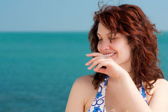 海滩害羞的微笑的妇女 免版税库存照片
