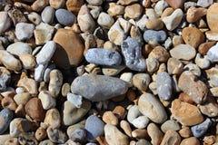 海滩小卵石在一个晴天 免版税图库摄影