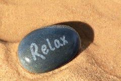 海滩小卵石放松 免版税库存照片