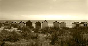 海滩小屋线在索思沃尔德海滩,萨福克,英国的 免版税库存图片