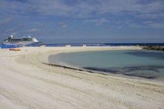 海滩小海湾游轮 库存照片