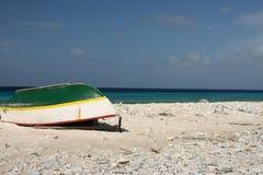 海滩小船一点 免版税库存照片