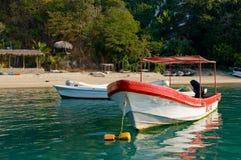 海滩小船停泊了风景 免版税库存图片