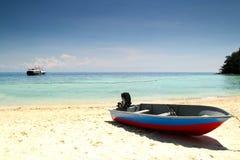 海滩小船捕鱼 免版税库存图片