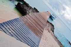 海滩小船热带获取的海岛 免版税库存图片