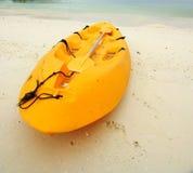 海滩小船用筏子运送 免版税库存图片