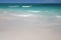 海滩小船绿色海洋沙子白色 免版税图库摄影