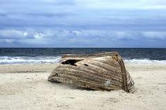 海滩小船翻转了 库存图片
