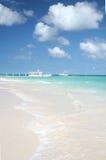 海滩小船轮渡热带海洋的沙子 免版税图库摄影