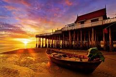 海滩小船黎明捕鱼 免版税库存照片