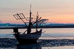 海滩小船 免版税库存照片