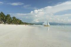 海滩小船boracay海岛风帆白色 免版税库存图片