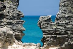 海滩岩石对视窗 库存图片