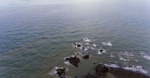 海滩岩石岸 图片的水围拢的岩石 免版税库存照片