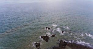 海滩岩石岸 图片的水围拢的岩石 库存照片