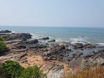 海滩岩石岸 免版税库存图片