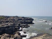 海滩岩石岸 免版税图库摄影