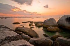 海滩岩石日落 免版税图库摄影