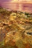 海滩岩石日落 库存图片