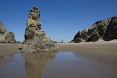 海滩岩石的俄勒冈 库存图片