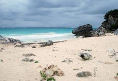 海滩岩石tulum 免版税库存图片