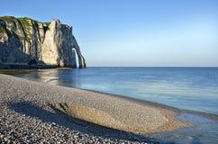 海滩峭壁etretat法国小卵石 免版税库存图片