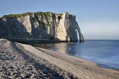 海滩峭壁etretat法国小卵石 免版税图库摄影