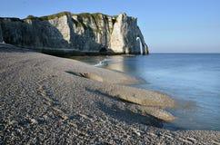 海滩峭壁etretat法国小卵石 图库摄影